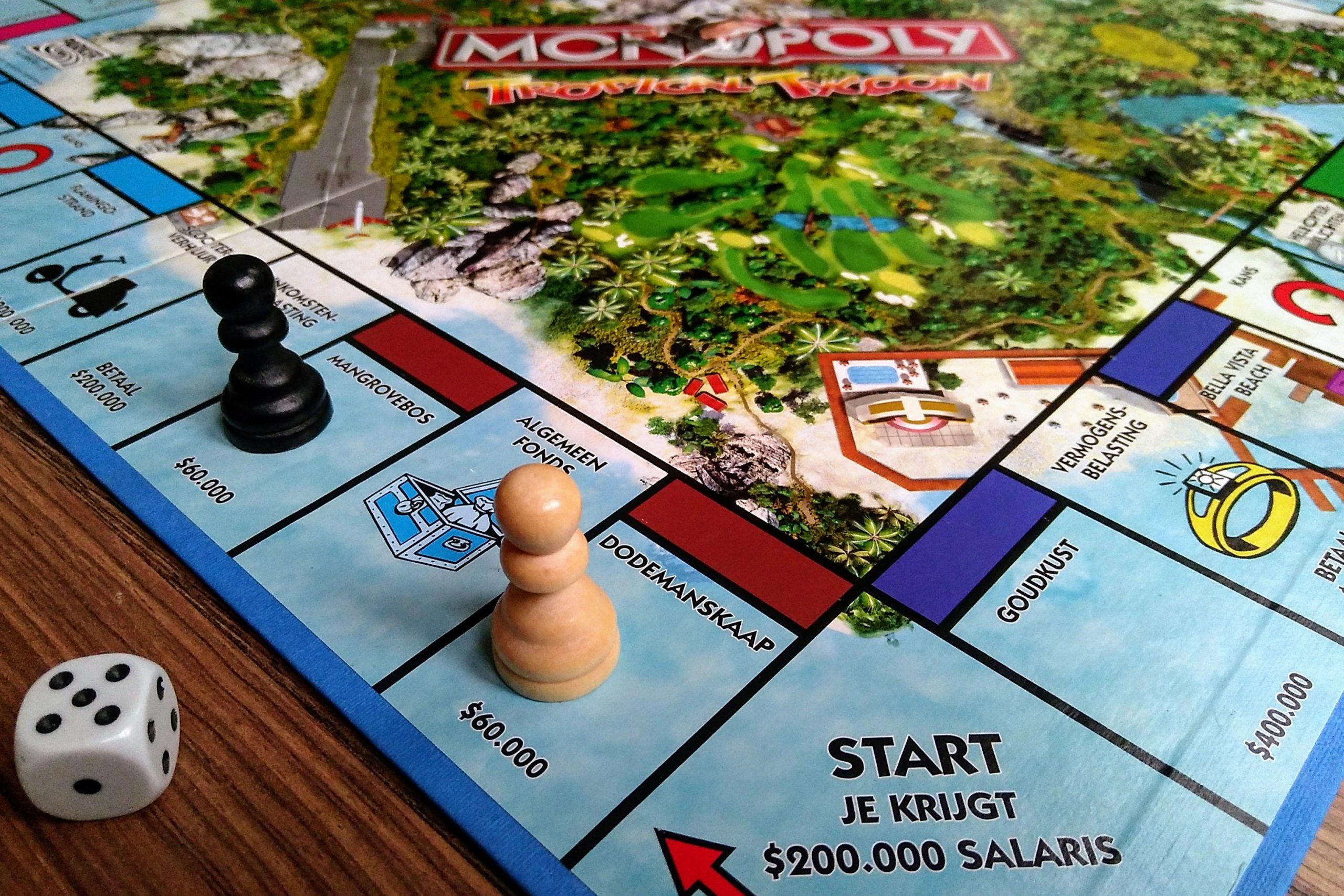 monopolie spelbord met dobbelsteen en twee pionnen